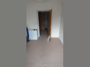 EasyRoommate UK - Double bedroom available near Crawley town centre!, Crawley - £500 pcm