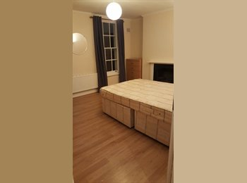 Big Room Fits Couple, 2 Minutes from Mile End St