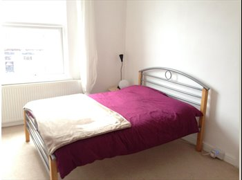 EasyRoommate UK - Furnished double room in Burley Park £350pcm, Hyde Park - £350 pcm