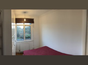EasyRoommate UK - Double Round Green £400 pm + bills split, High Town - £400 pcm