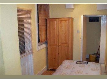 EasyRoommate UK - Studio to Rent , West Kensington - £585 pcm