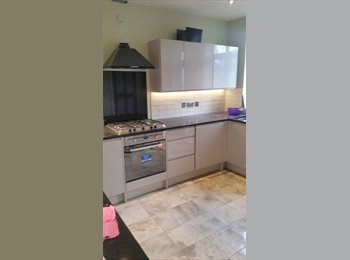 EasyRoommate UK - 2 double rooms with ensuites., Manor House - £950 pcm