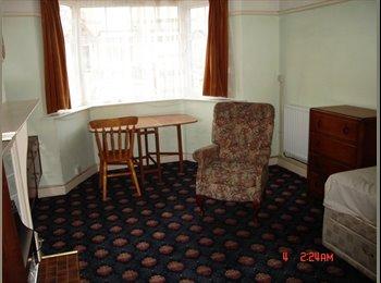 EasyRoommate UK - Clean, very spacious bedsit (own kitchen & shower room) - Handsworth Wood, Birmingham - £274 pcm