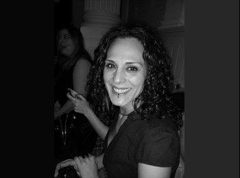Laura - 35 - Professional