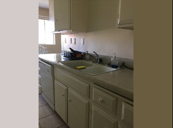 Room with private bath available in 2BD/2BA apteach!