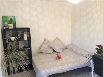 Appartager FR - Chambre meublée de 12m² dans appt de 72m² - Nîmes, Nîmes - €330