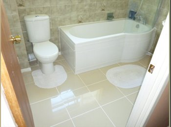 EasyRoommate UK - Large double room in spacious detached house - Stopsley, Luton - £450
