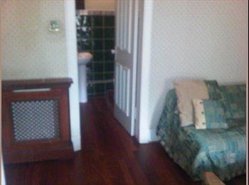 EasyRoommate UK - LOVELY HUGE TRIPLE SIZED BEDROOM, EN-SUITE - Glasgow Centre, Glasgow - £500