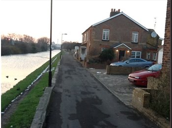 EasyRoommate UK - Two newly refurbished rooms in canal side cottage. - Southall, London - £485