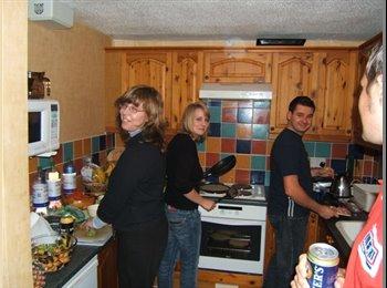 EasyRoommate UK - Double room in friendly houseshare (3 girls) - Golden Valley, Cheltenham - £400