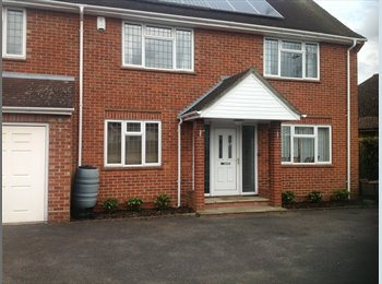 EasyRoommate UK - Two Double rooms and one single room available - Caversham, Reading - £477
