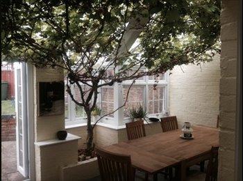 EasyRoommate UK - Beautiful End Terrace House close to town and M4 - Newbury, Newbury - £500