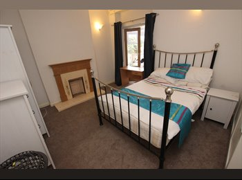 EasyRoommate UK - LARGE DOUBLE ROOM AVAILABLE ON TILEHURST ROAD - Tilehurst, Reading - £525