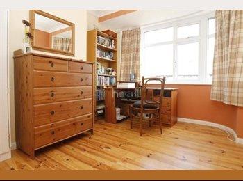 EasyRoommate UK - Room for travelling person - Barkingside, London - £650