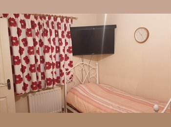 EasyRoommate UK - Double Room for Rent with Private Bathroom - Great Chart, Ashford - £450