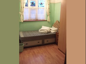 EasyRoommate UK - Large Single Room available in a 3 Bedroom House - Hounslow, London - £350
