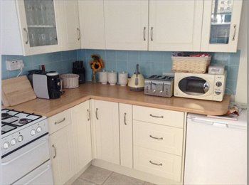 EasyRoommate UK - DOUBLE ROOM IN FRATTON, 10 MINUTE WALK FROM TRAIN STATION - Fratton, Portsmouth - £400