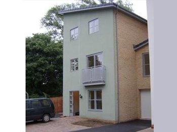 EasyRoommate UK - Double Bedroom Ensuite Room with Walk in Wardrobe - Cheltenham, Cheltenham - £500