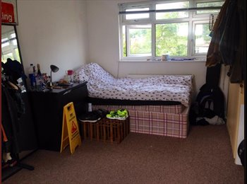 EasyRoommate UK - Bright and cozy large shared room with own bathroo - Cricklewood, London - £484