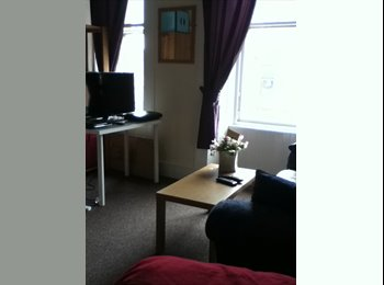 EasyRoommate UK - 2 bedroom flatshare on Byres Road - Glasgow Centre, Glasgow - £425