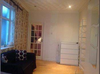 EasyRoommate UK - Large clean studio suitable 2 female £75pppw - Harrow, London - £310
