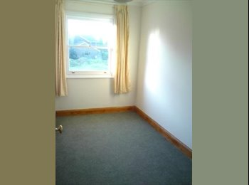 EasyRoommate UK - Single room in lovely house, 1 mile from M25 J8 - Reigate and Banstead, Reigate and Banstead - £275
