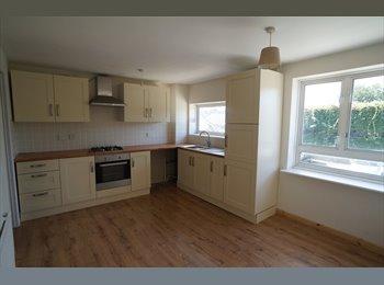EasyRoommate UK - Large 3 bed maisonette village location - Oakley, Basingstoke and Deane - £498