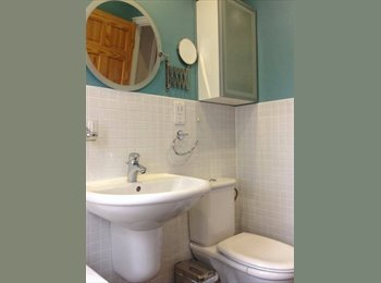 EasyRoommate UK - DOUBLE ROOM w/ PRIVATE BATHROOM & FITTED WARDROBE - Collier Row, London - £500