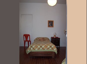 Habitación individual cómoda y luminosa.