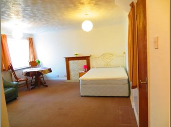 Huge double room 5 min walk from town