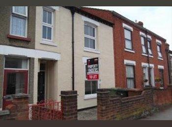 EasyRoommate UK - Attic Double bedroom in high quality house - Wellingborough, Wellingborough - £400