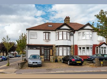 EasyRoommate UK - King size Double room with private bathroom available in a luxurious mansion. - Redbridge, London - £850
