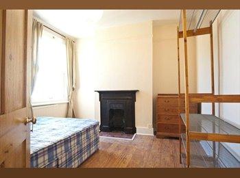 EasyRoommate UK - Quiet double room overlooking the garden. - Cricklewood, London - £760
