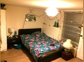 EasyRoommate UK - Large Double Room with Private front door - Swindon Town Centre, Swindon - £265