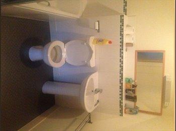 EasyRoommate UK - Modern Top Floor Flat | Safe | Comfortable | - Kingswood, Air Balloon Hill - £350