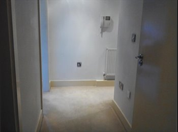 EasyRoommate UK - Large Double Bedroom & bathroom in flat share - Croydon, London - £600
