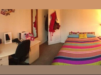 EasyRoommate UK - Double bedroom in great location - only £100pw! - Epsom, Mole Valley, Epsom and Ewell - £400
