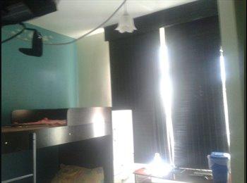 Alugo quarto , moro perto da UNI RIO e da UFRJ.