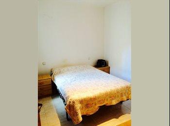 EasyPiso ES - Alquiler de amplia habitacion para turistas - Barajas, Madrid - €25