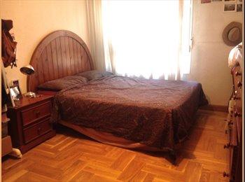 Habitación espaciosa en un piso reformado
