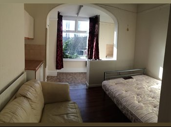 EasyRoommate UK - STUDIO ROOM available now - Binley, Coventry - £450