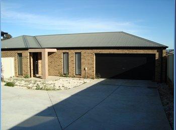 EasyRoommate AU - Master Bedroom for rent in 3 bed townhouse - Kangaroo Flat, Bendigo - $125