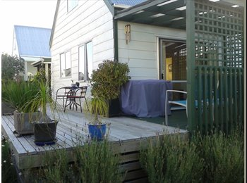 NZ - Sunny room with built in wardrobe - New Lynn, Auckland - $170