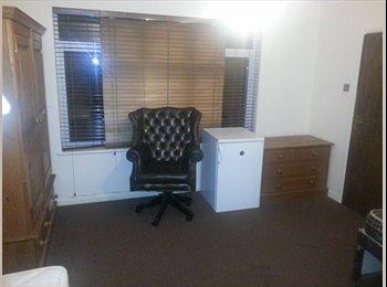 £450 TRIPLE ROOM NICE AND CLEAN REFURBISHED