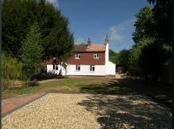 EasyRoommate UK - Fully refurbished & furnished rooms in COTTAGE - Three Bridges, Crawley - £500