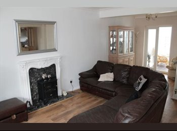 2 Lovely spacious double rooms £495 in family home