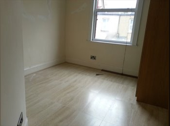 EasyRoommate UK - Double Room Available - Enfield, London - £450