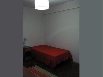 Alquilo 1 habitación con baño compartido.