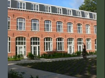 Gemeubelde loft met tuin en parking in centrum