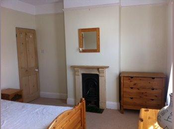 EasyRoommate UK - 2 rooms, one small £250, one large £360 - Cheltenham, Cheltenham - £360